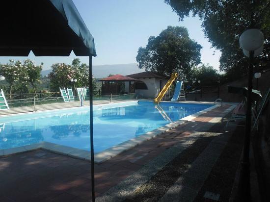 Agriturismo Lontrano: piscina con scivolo (quello giallo è altissimo)