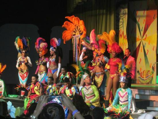 Tropical Princess Beach Resort & Spa: show artístico nocturno