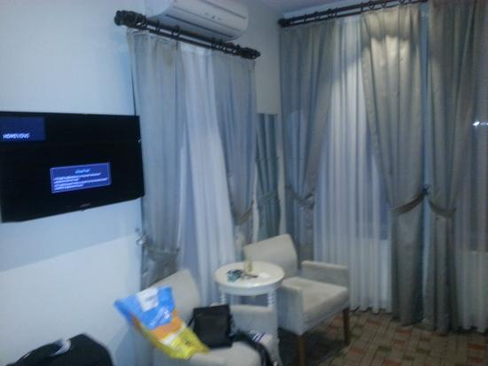 Serene Hotel Istanbul: Tv and Window with seats