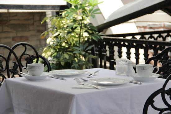 Villa Hagia Sophia: BREAKFAST İN THE GARDEN