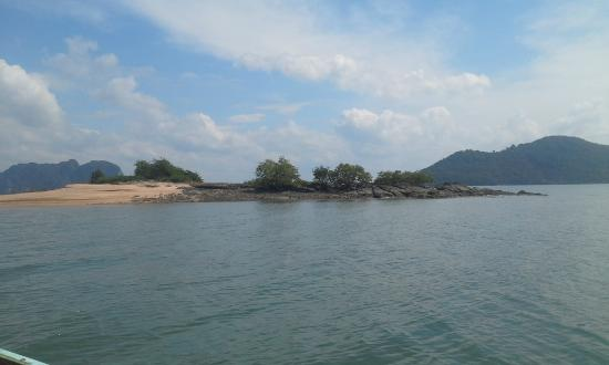 Sun Island Tours : Yep.  Thats the entire island where we swam and chased giant grasshoppers.