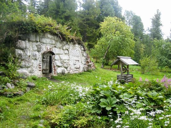 Bolshoy Solovetsky, Nga: Соловки - Ботанический сад - погреб и колодец воскобелильного завода