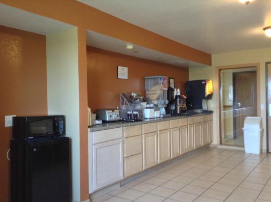 Super 8 Grinnell IA: breakfast room