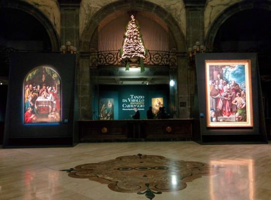 Gallerie di Palazzo Zevallos Stigliano  Il bellissimo ingresso con alcune  opere bacbbdcae01a2