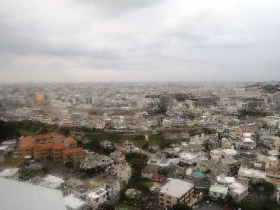 DoubleTree by Hilton Naha Shuri Castle: 部屋からの眺め(1週間ほど前に台風が通ったので潮風の影響で窓が汚れていました。)