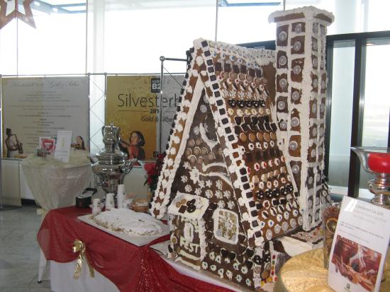 Holiday Inn Berlin Airport - Conference Centre: Xmas gingerbread house in reception