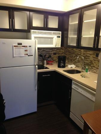 Staybridge Suites Toronto: kitchen