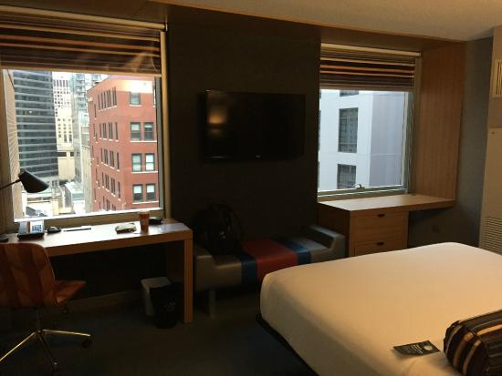 Aloft Chicago City Center: Standard Room - 2 Windows/2Desks