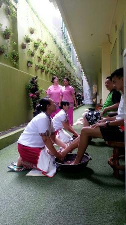 Febri's Spa : Foot wash before reflexology.