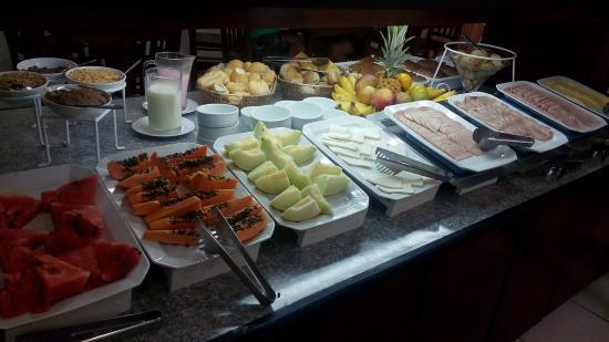 Bombinhas Palace Hotel: Café da manhã delicioso em bombinhas