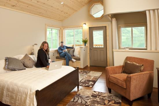 Kodiak Brown Bear Center : KBBC guests enjoying one of our four cabins.