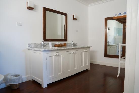 The Atlantis Hotel: bathroom