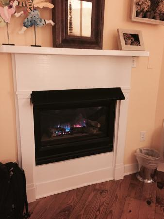 Five Gables Inn & Spa: Fireplace