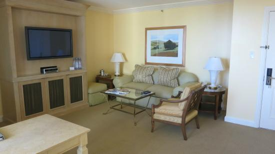 Fashion Island Hotel : View of Living Room area in coastal corner suite