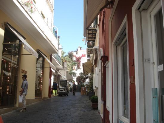 Via Camerelle: Muito linda, otimas lojas, sorvetes, cafes.
