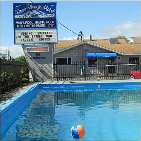 Beau Rivage Motel : Sign and pool