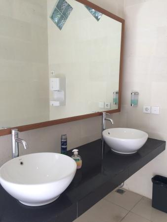 Fat Yogi Cottages: All new. Out door bathroom next to the out door shower