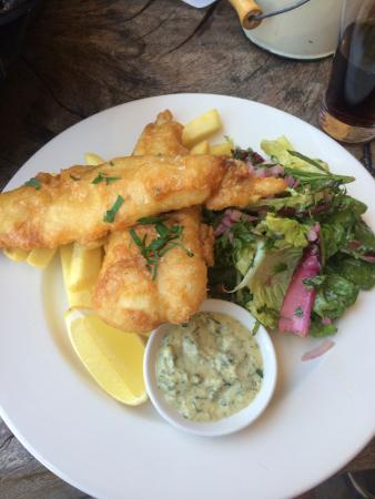 Tanswell's Commercial Hotel: Fish chips and salad