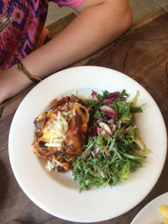 Tanswell's Commercial Hotel: Lasagna and salad
