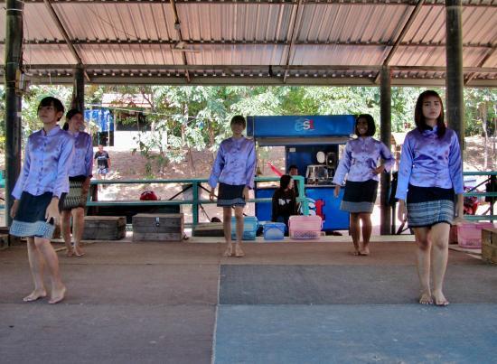 dansen met slangen - Picture of King Cobra Village, Khon ...