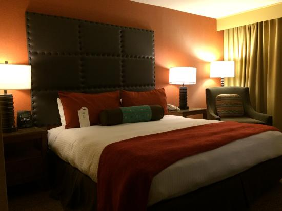 Tempe Mission Palms Hotel and Conference Center: Bed and nightstands