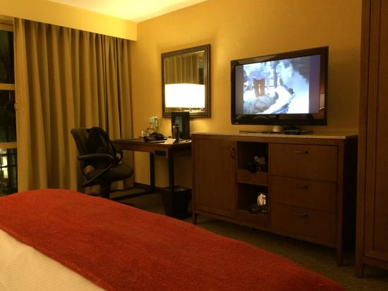 Tempe Mission Palms Hotel and Conference Center: Desk and Television