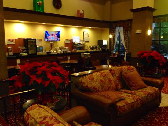 Holiday Inn Express Hotel & Suites South Portland: Lobby and Breakfast area.