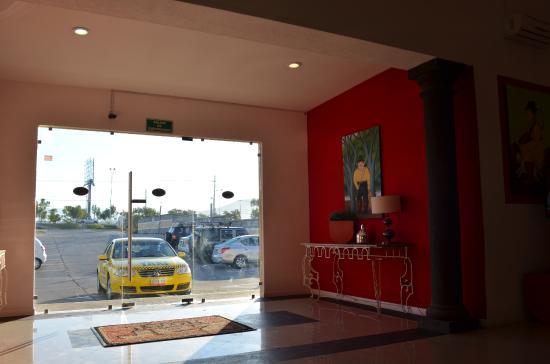 Hotel ZAR: Recepción y estacionamiento