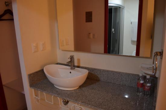 Hotel ZAR: Lavabo (en el corredor) del cuarto