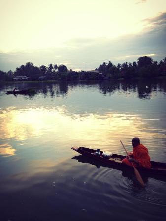 Ruenthai Bangkung Resort: ตักบาตรตอนเช้า