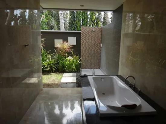 Abi Bali Resort & Villa: The outdoor shower was amazing