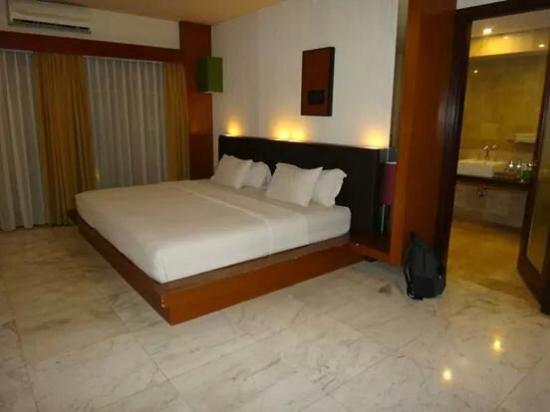 Abi Bali Resort & Villa: Huge room and huge bed.