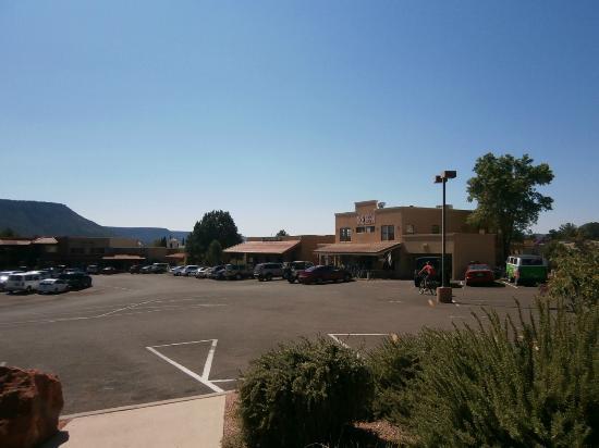 Sedona Village Lodge : 宿の前の眺め。広々〜とした駐車場を、レンタル自転車屋さんなどがぐるりと取り巻きます。