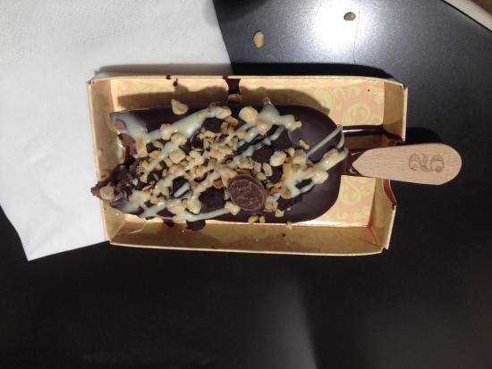 Stecco Al Cacao Con Salsa Al Cioccolato Sul Fondo Granella
