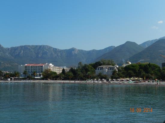 Hotel Princess: Слева - отель, справа - дворец-музей короля Николы