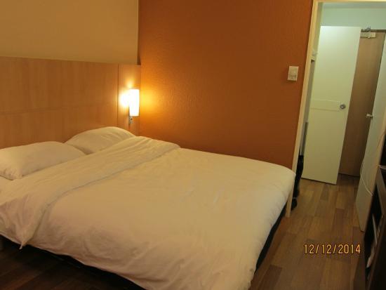 Ibis Strasbourg Centre Halles: Le lit dans la chambre