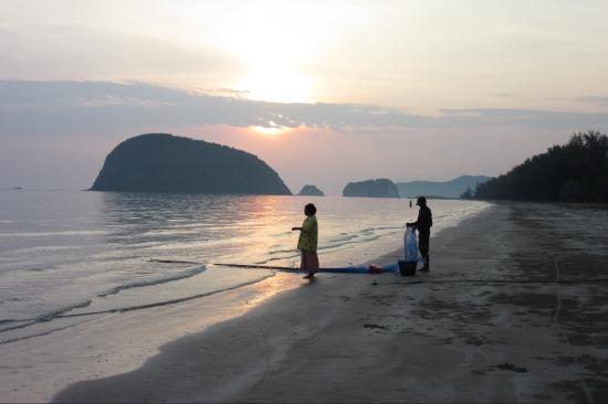 Blue Beach Resort: Morning walk at the beach