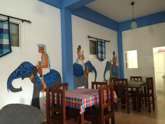 Blue Elephant Tourist Guest House: Colourful dining area
