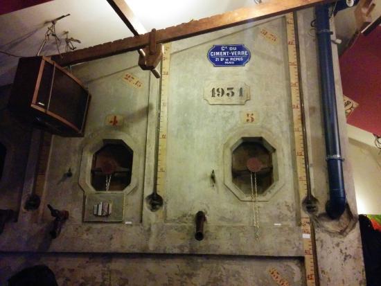 La Cave : Vestige du caviste qui existait là avant