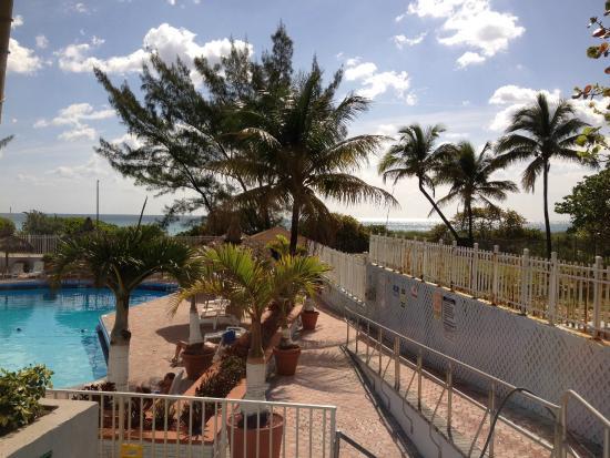 Miami Beach North Plaza Hotel: Pileta y de fondo la playa