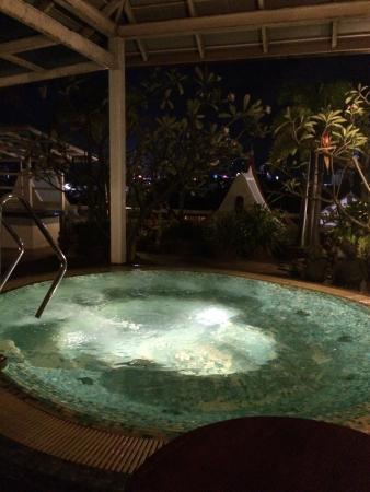 Rayaburi Hotel Patong: Джакузи