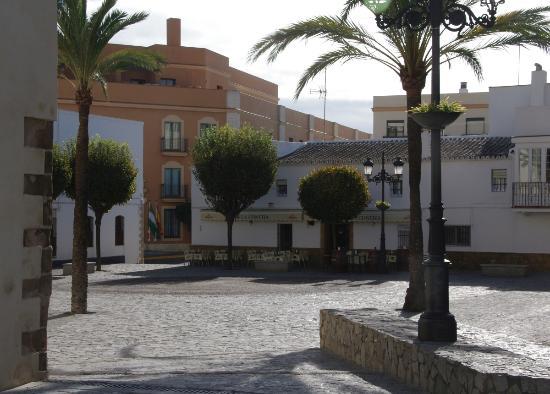 Hotel Duque de Najera: Kirchplatz mit dem Hotel im Hintergrund