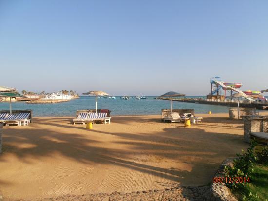 Festival Shedwan Golden Beach Resort: вид на один из пляжей и горки
