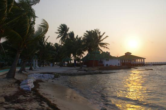 Banana Beach Resort: Cerca del hotel.  La playa de San Pedro es preciosa.