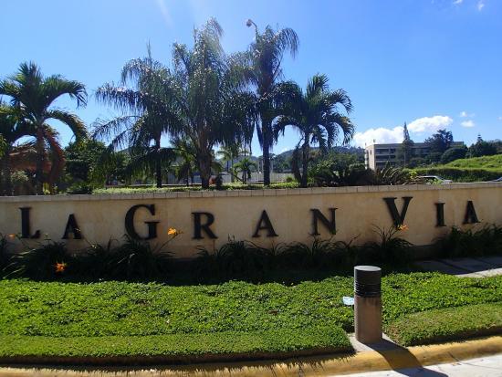 La gran via area picture of courtyard san salvador san for Gran via el salvador
