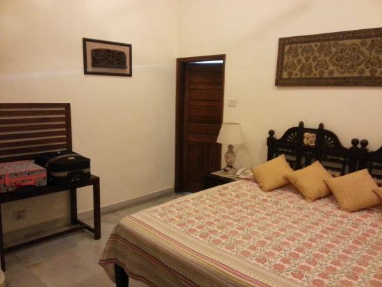 Hotel Meghniwas: Bed  and Bath
