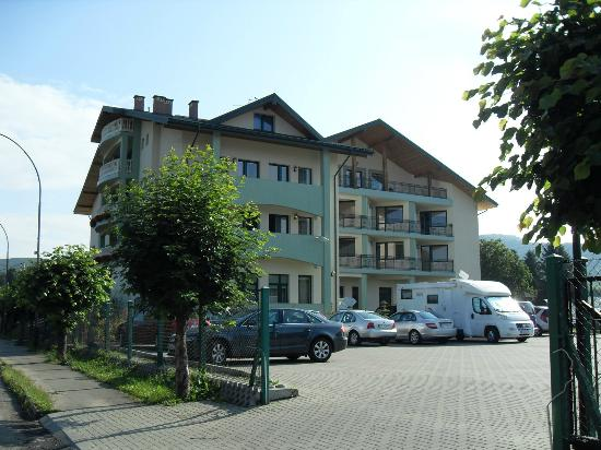 Hotel Bona: Od strony podwórka i parkingu