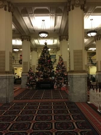 Embassy Suites by Hilton Portland - Downtown: Very historic lobby was beautifully decorated.