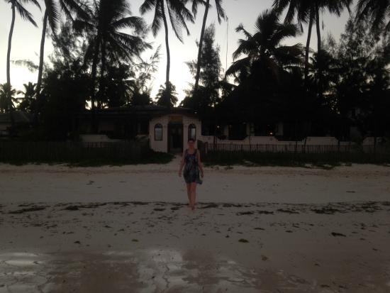 Palm Beach Inn: Beach entrance to the hotel at dusk