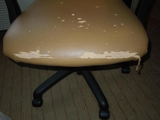 Holiday Inn Seattle Downtown: Desk chair in tatters